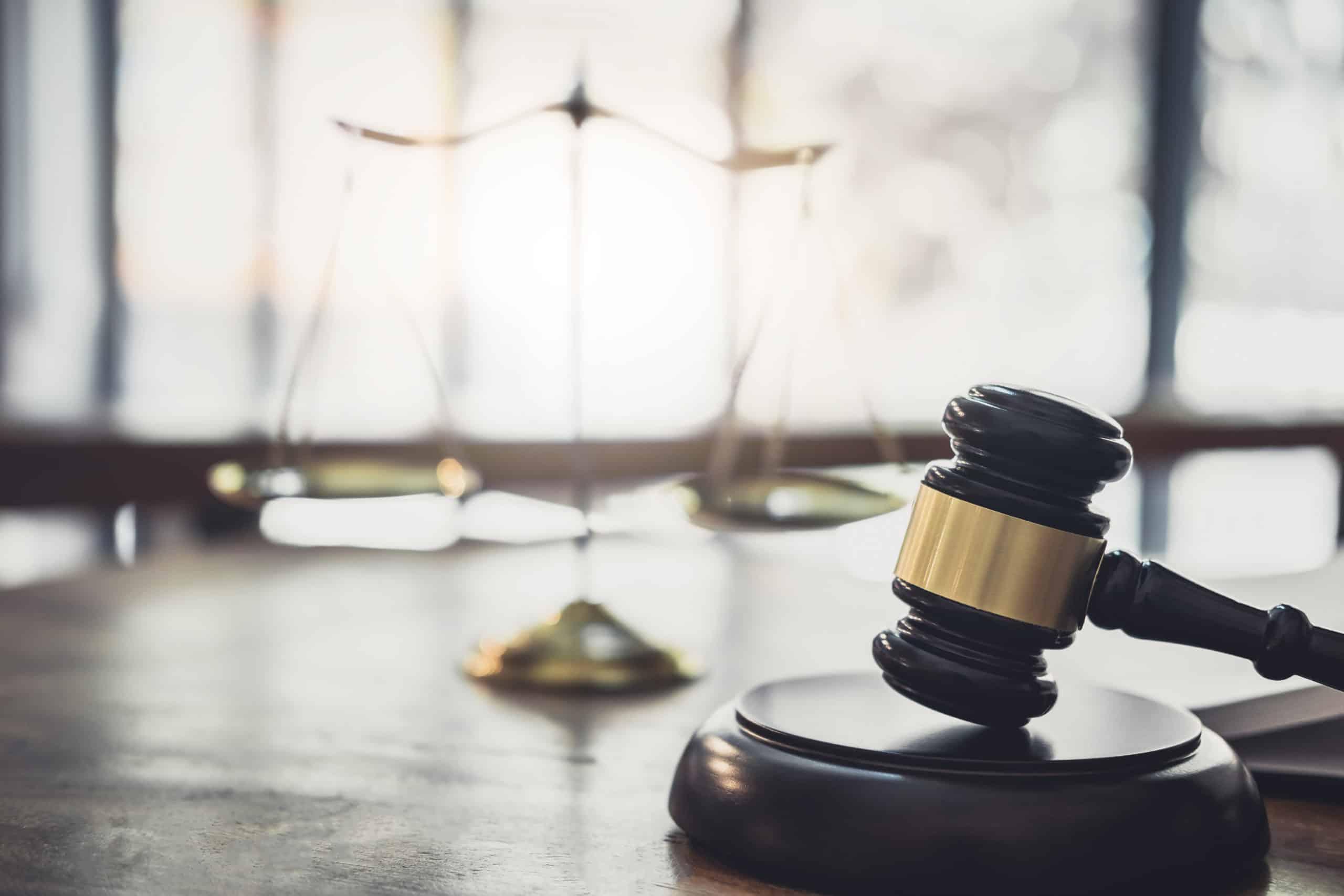 Martelo e simbolo do direito, presentes em um escritório de advocacia