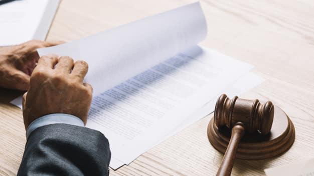 Juiz lendo processo da audiência judicial