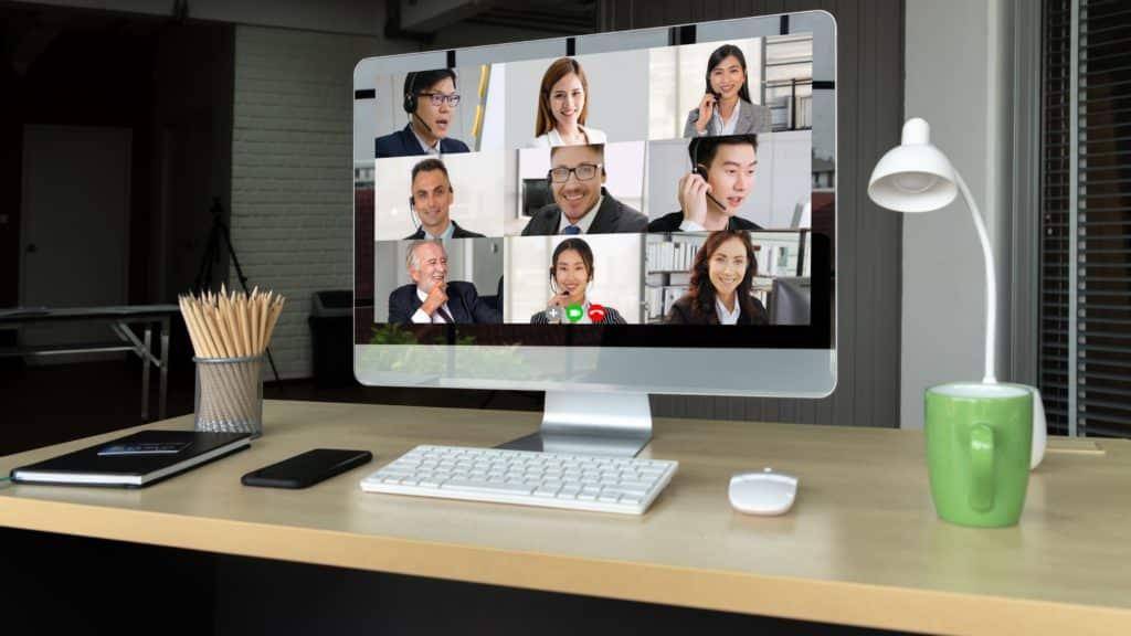 Profissionais em uma audiência virtual