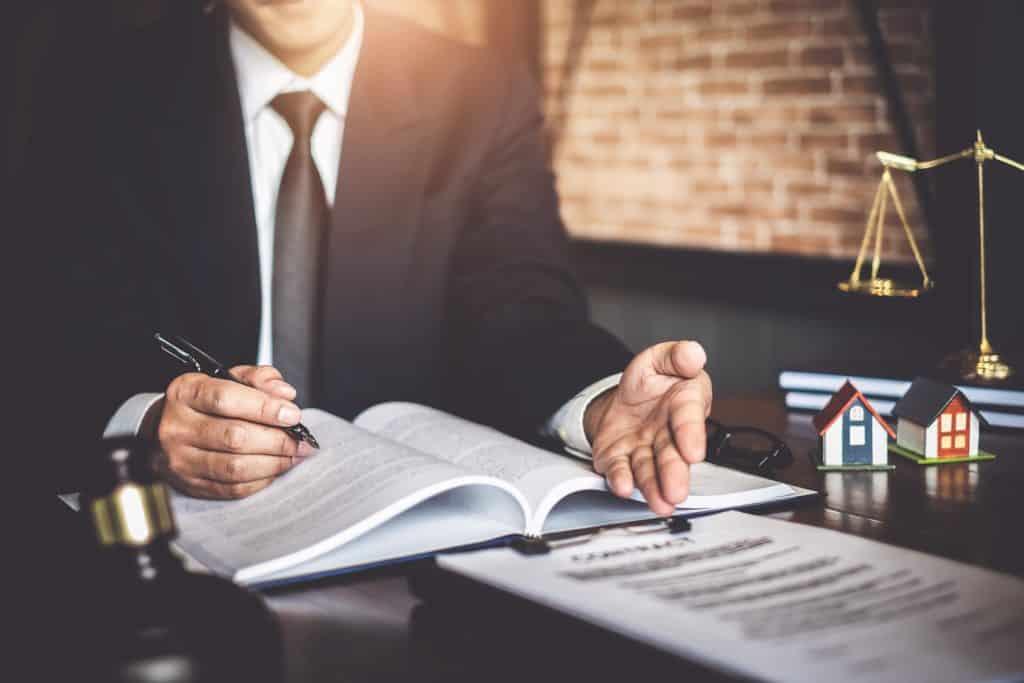 Advogado preparando-se para a audiência judicial