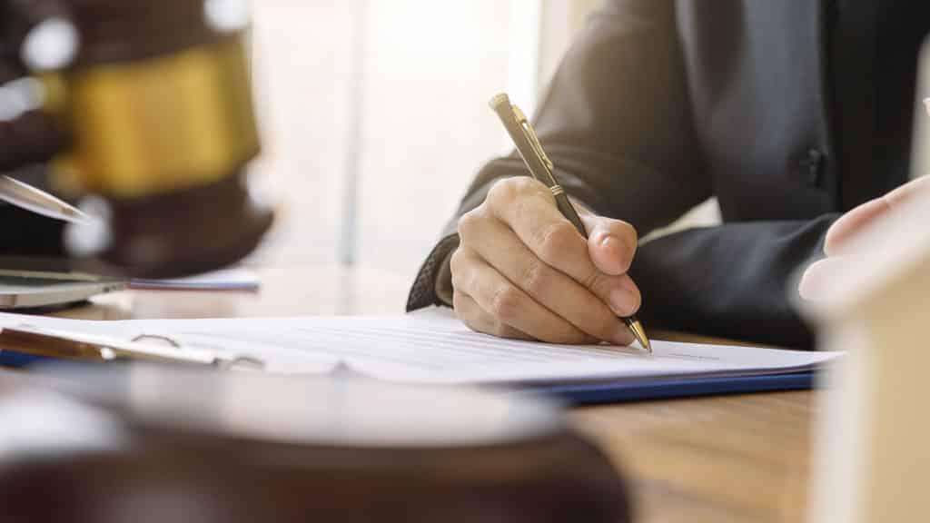 Representante legal da empresa assinando a carta de preposição