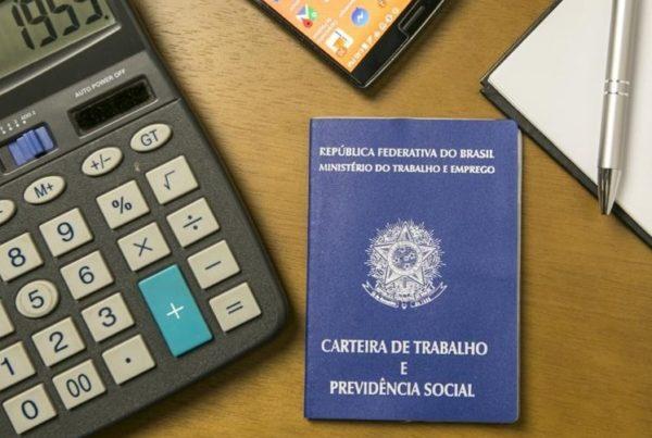 Reajuste do FGTS: carteira de trabalho brasileira e calculadora