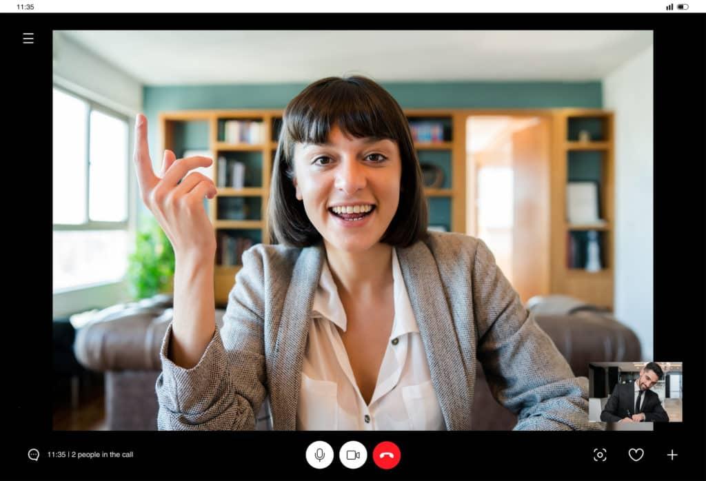 mulher falando em audiência virtual