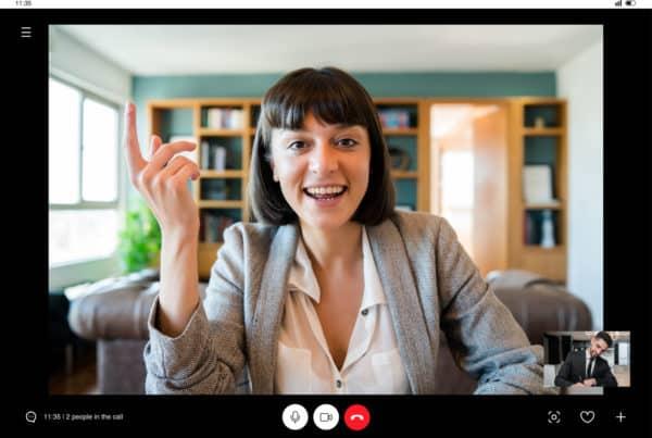 mulher falando em uma videoconferência