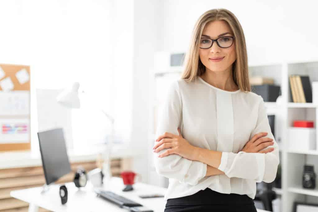 advogada com dúvida sobre quanto ganha um advogado bem sucedido