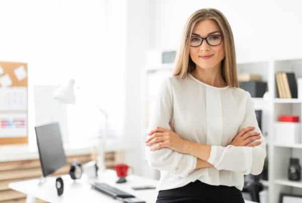 advogada em pé no escritório