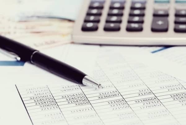 tabelas e calculadora para fazer um cálculo judicial